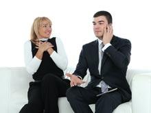 Чтобы получить повышение, женщина должна флиртовать, советуют специалисты