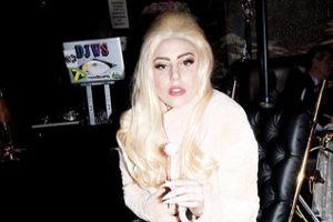 У Леди Гага позолоченная инвалидная коляска