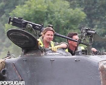 Бред Питт научился водить танк