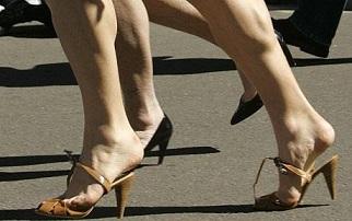 Медики запрещают бегать на каблуках