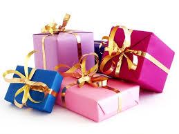 Мужчины занимаются покупкой подарков прямо перед праздниками