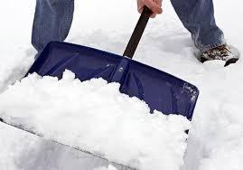 Расчищать снег вручную лопатой опасно для здоровья