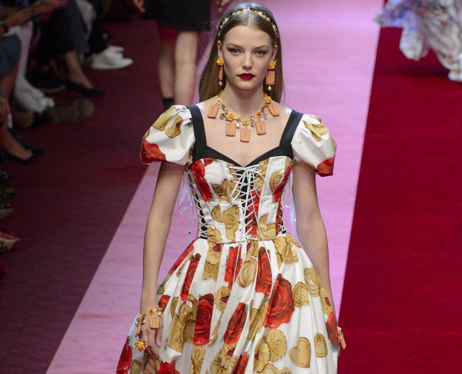 Dolce & Gabbana показали платья с апельсинами, игральными картами и канноли