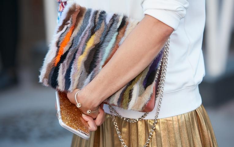 Тренд сезона — аксессуары из меха: какие выбрать и с чем носить