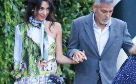 Амаль Клуни отправилась на ужин в необычном наряде