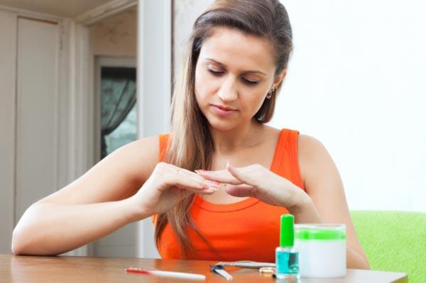 Слабые ногти: причины и советы по уходу