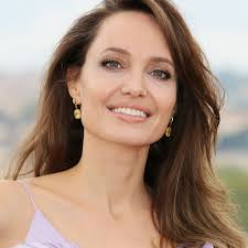 В чем пойти в ресторан – показывает Анджелина Джоли