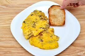 Рецепт правильного завтрака: яичница-болтунья с грибами и трюфельным маслом