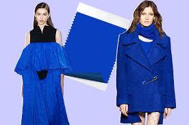 Носите темные оттенки синего, как Шарлиз Терон