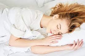 Как всегда просыпаться с идеальными волосами: 5 правил ночного ухода