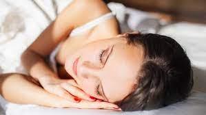 Почему на самом деле нельзя спать с макияжем на лице (и что делать, если это произошло)