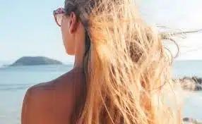 «Как бороться с выгоранием окрашенных волос на солнце?»